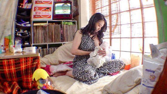 「母乳2穴屋 ミルクとアナル 俺の嫁は母乳を吹き出しながらアナルでイきまくる女だった件 みのり34歳」の冒頭シーン