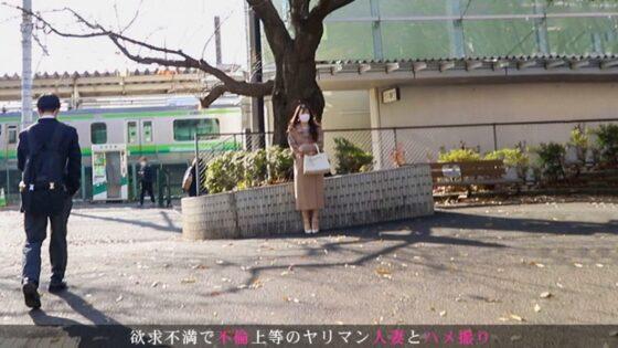 留美子さんが出演した「今からこの人妻とハメ撮りします。43 at 神奈川県相模原市矢部駅前」の冒頭シーン