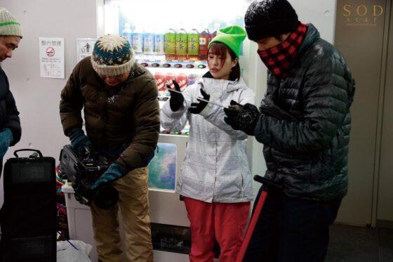 唯井まひろが出演した「ロケ帰り相部屋NTR 大雪で東京に帰れなくなったお天気お姉さん」の冒頭シーン