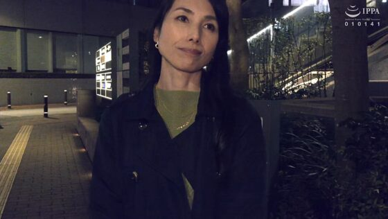 鶴川牧子が出演した「人妻痴●電車 ~さわられた五十路母~」の冒頭シーン