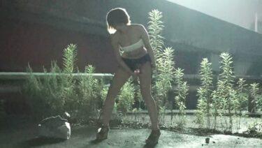 ショートカットの素人女性が野外露出プレイに挑戦している画像