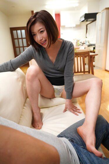加藤ツバキが出演した「欲求不満な息子の嫁に誘惑されて」の冒頭シーン