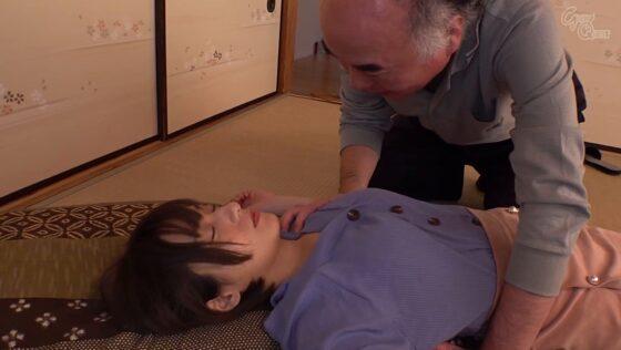吉良りんが出演した「義父と嫁、密着中出し交尾」の冒頭シーン