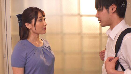 丹羽すみれが出演した「あん時のセフレは...友人の母親」の冒頭シーン