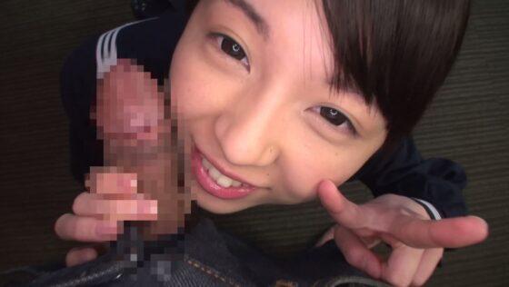人気AV女優あおいれなちゃんがチンポに頬ずりしてピースサインをしているエロ画像