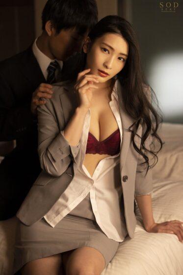 本庄鈴が出演した「童貞部下と出張先でホテル相部屋 翌朝までベロチュウ姦され続ける化粧品メーカーの寝取られ女上司」の冒頭シーン