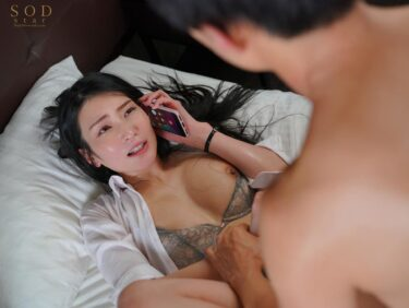 人気AV女優・本庄鈴ちゃんが「童貞部下と出張先でホテル相部屋」で正常位セックスをしているエロ画像