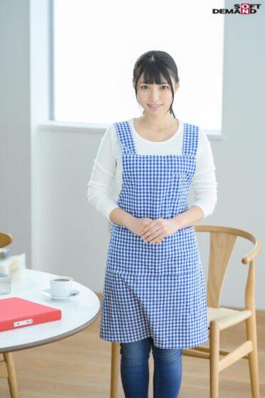 栗田みゆが出演した「毎日元気いっぱいにお年寄りの世話をする美人ヘルパー 28歳 AV DEBUT」の冒頭シーン