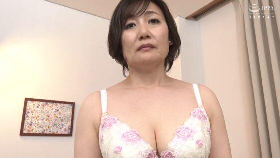 高松かおりが出演した「初撮り五十路妻ドキュメント」の冒頭シーン