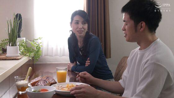 鶴川牧子が出演した「抜かずの六発中出し 近親相姦密着交尾」の冒頭シーン