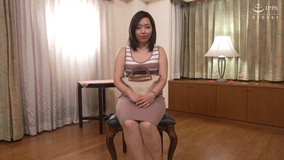 若菜真由子が出演した「初撮り人妻ドキュメント」の冒頭シーン