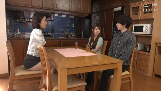 青山涼香が出演した「彼女の母親がエロ下着と中出しで彼氏を誘惑しはじめた」の冒頭シーン