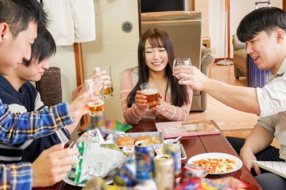 姫咲はなが出演した「成人祝いの飲み会でほろ酔い気分の女友達とたくさんえっちした記録」の冒頭シーン