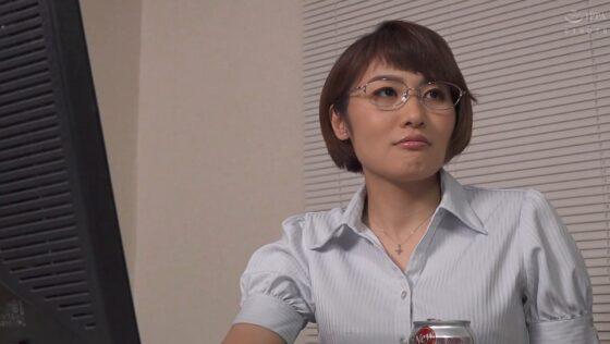 三岳ゆうなが出演した「憧れの女上司と」の冒頭シーン