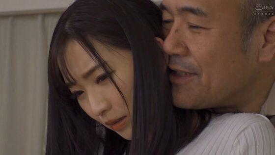 鈴木真夕が出演した「僕の妻が・・・義父と義兄にも抱かれてた現実・・・」の冒頭シーン