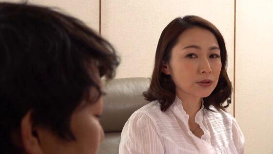 湯川遥華が出演した「母姦中出し 息子に初めて中出しされた母」の冒頭シーン