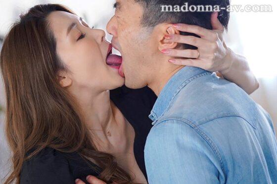 愛弓りょうが出演した「Madonnaデビュー 子宮の最深部を貫く濃厚中出し3本番」の冒頭シーン