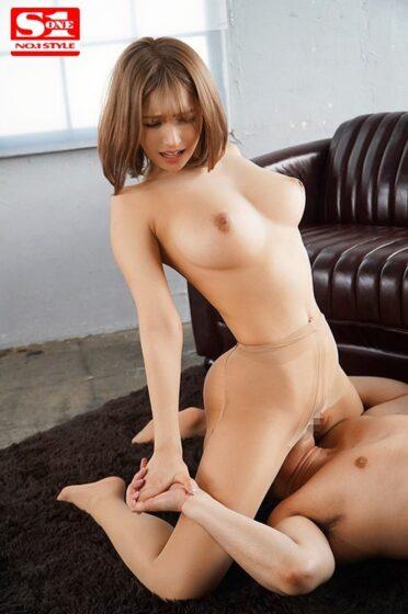 三上悠亜が出演した「絶頂の向こう側でイッてイッてイキまくる確変オーガズム状態のまま48時間耐久で一生分ハメまくったヤバい性交」の冒頭シーン