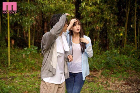 「突然のゲリラ豪雨 グラドルと遭難小屋で朝まで二人きり…」の冒頭シーン