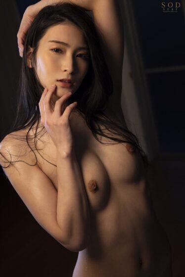 本庄鈴が出演した「息子の朝勃ち男根を思わず鬼咥えする淫乱義母」の冒頭シーン