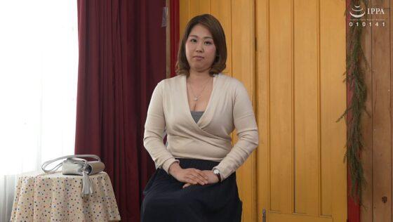 桂木みやびが出演した「初撮り人妻ドキュメント」の冒頭シーン