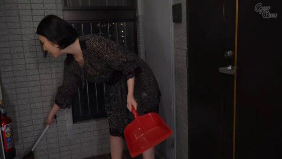 舞原聖が出演した「ノーブラノーパンで挑発してくるスケベ奥さんが隣に引っ越してきた!」の冒頭シーン
