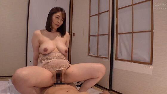 五十路な人気熟女AV女優・翔田千里さんが「義母の隣に寝たあの日から」で騎乗位セックスしているエロ画像