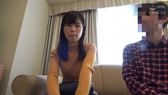 人妻・南(仮名) が出演した「人妻自撮りNTR 寝取られ報告ビデオ 16 三十二歳、結婚五年目 会社員」の冒頭シーン