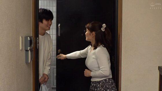 美里亜希が出演した「近所の清楚な人妻」の冒頭シーン