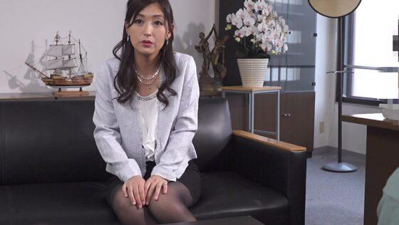 並木塔子が出演した「ドスケベBODYの勝気な女社長とHなご子息」の冒頭シーン