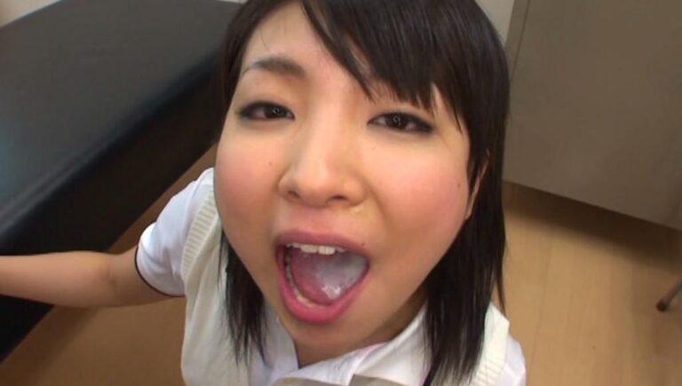 制服を着た美少女が口の中に射精された精液をごっくんしているエロ画像