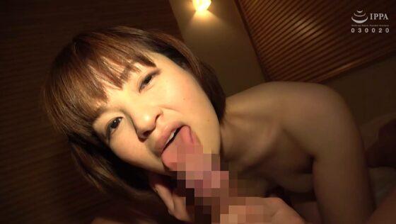 ショートヘア奥様のありささんが「人妻湯恋旅行143」でフェラをしているエロ画像