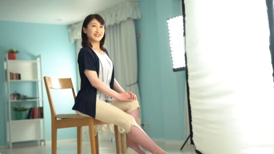小泉由宇が出演した「初撮り人妻ドキュメント」の冒頭シーン