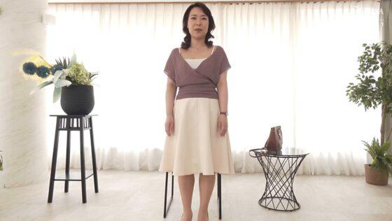 篠塚千尋が出演した「初撮り人妻ドキュメント」の冒頭シーン