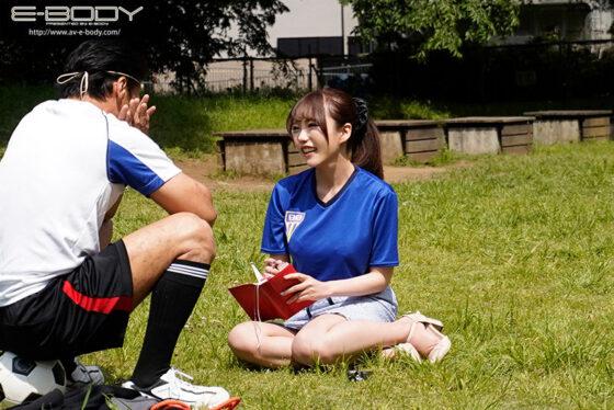 冨安れおなが出演した「明るい笑顔とユニフォーム越しでもわかるGcup美巨乳で某有名アスリートにも口説かれた元地方局スポーツキャスター AVデビュー」の冒頭シーン