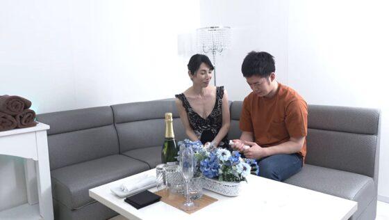 鶴川牧子が出演した「これが伝説の完熟中出しソープ天国!!」の冒頭シーン