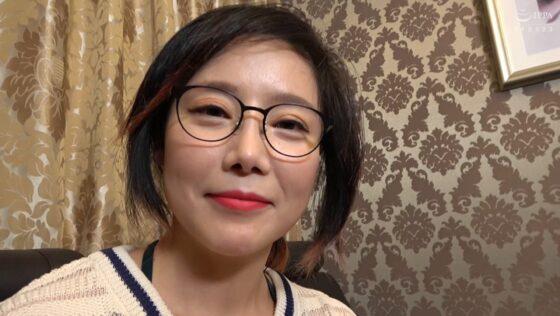 「韓国で見つけた彼女。眼鏡で隠した美貌と隠れ巨乳 セボン&チェリン」の冒頭シーン