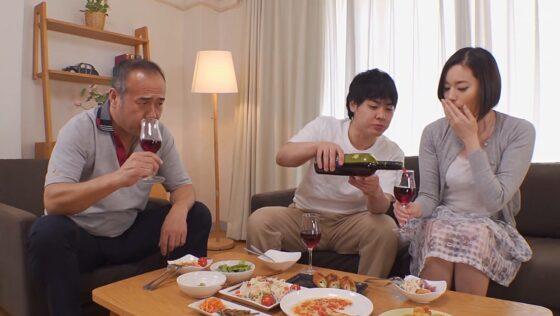 平井栞奈が出演した「絶倫義父 真面目な嫁が義父に抱かれ続けたら・・・」の冒頭シーン