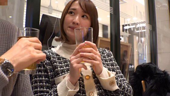 「奥さん、一緒に飲みませんか? @新宿 地方の人妻限定 巨大バスターミナル前で訳アリ人妻をナンパしてみた 12」の冒頭シーン