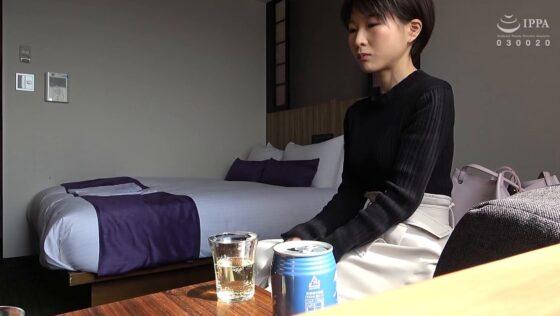 「人妻自撮りNTR 寝取られ報告ビデオ 17 人妻・公佳(仮名) 二十九歳、結婚二年目 弁護士」の冒頭シーン