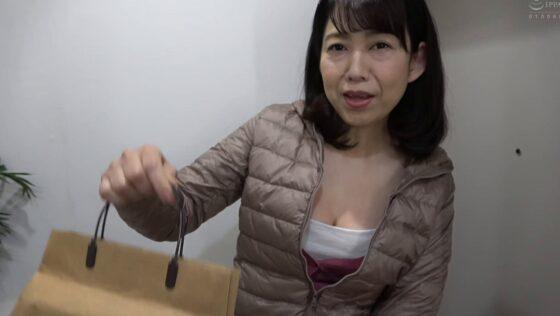 藤岡奈月が出演した「高知から上京した嫁の母が・・・土佐の巨乳義母」の冒頭シーン