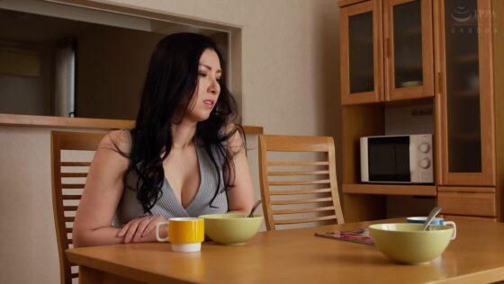 星野彩が出演した「「もう我慢でけへん・・・!」息子の親友を中出し逆レ×●する欲求不満な肉食デカパイ妻」の冒頭シーン