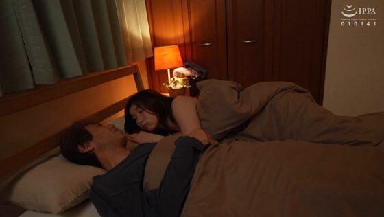 加藤ツバキが出演した「旦那が出張で家を空けた3日間、絶倫息子との性行為に溺れ、72時間朝から晩までハメまくる欲求不満な母親。」の冒頭シーン