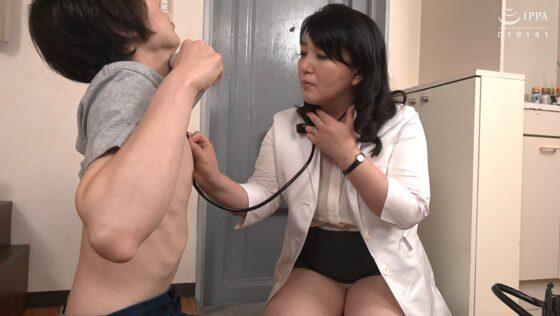 美園ひとみが出演した「熟れた女医さんがデカチンを弄ぶドスケベ勃起検診」の冒頭シーン