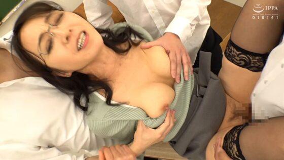水上由紀恵が出演した「生徒との禁断絶頂セックスで理性のブレーキが壊れた熟女教師」のラストシーン