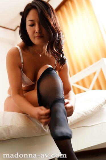 一色桃子が出演した「こんな私でも好きになってくれるなら…。 年の差性交に濡れる女上司 ―肉欲の逢瀬―」の冒頭シーン