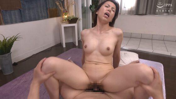 美熟女・真崎理恵子さんが「初撮り人妻ドキュメント」で騎乗位セックスしているエロ画像