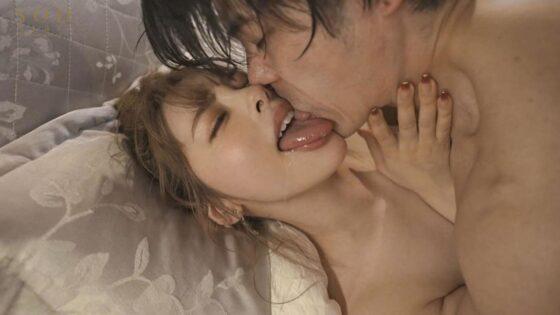 小倉由菜が出演した「人気エロカワ美容師ゆなさんは実はとんでもなくキス魔 お客様をべろちゅう誘惑ぐい」のラストシーン