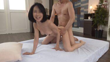 スレンダー熟女・瀬尾礼子さんが「初撮り五十路妻ドキュメント」で四つん這いバックセックスしているエロ画像