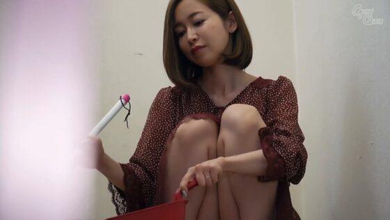 篠田ゆうが出演した「ノーブラノーパンで挑発してくるスケベ奥さんが隣に引っ越してきた!」の冒頭シーン
